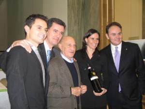 Arnaldo Pomodoro al centro, con da sinistra Alessandro, Marcello, Camilla e Matteo Lunelli
