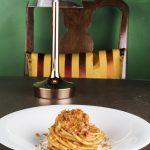 Spaghettoni con pesto di erbe, pomodori secchi, mondorle e bottarga (BistRo Aimo e Nadia)