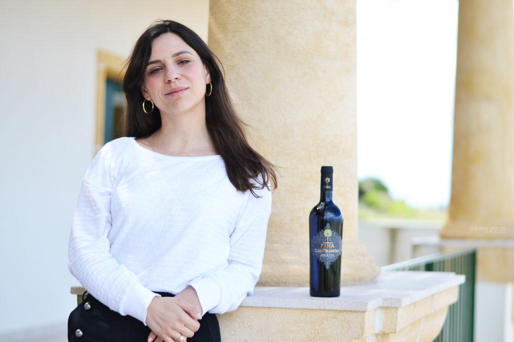 Federica Fina con una bottiglia di Kikè, il vino dolce a lei dedicato