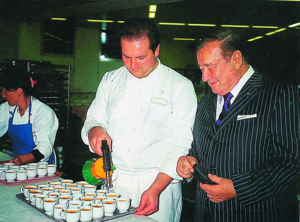 Sirio Maccioni controlla la realizzazione della sua celebre crème brûlée