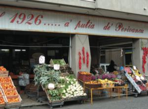 "La colorata e variegata ""vetrina"" di A' Putia de' Perivancu"