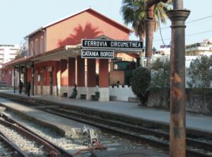 Da Catania, alla stazione di Borgo, parte il trenino della Circumetnea, che gira intorno all'Etna fino al paese di Riposto