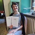 Stefania Moroni (figlia di Aimo e Nadia) mostra il menu del BistRo