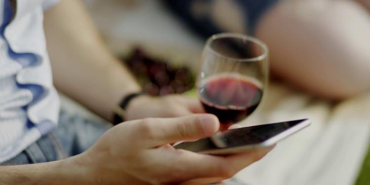 Perché si beve sempre meno vino? Analisi di un decennio perduto