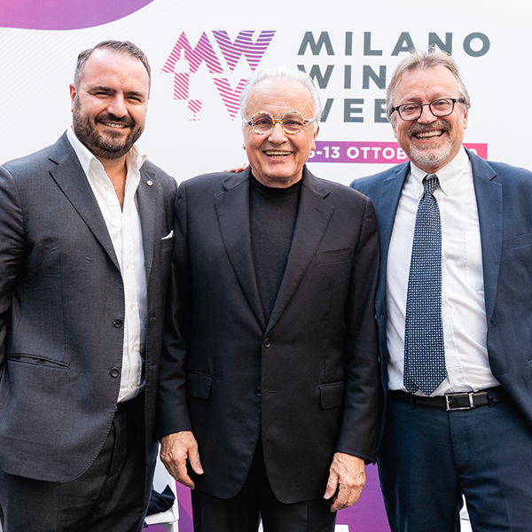 Da sinistra, Federico Gordini (ideatore della MWW) con il produttore Angelo Gaja e il giornalista Luciano Ferraro