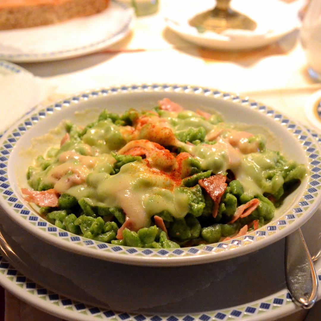 Spätzle verdi con prosciutto cotto e panna © Takeaway - Wikipedia - Vini e cucina dell'Alto Adige